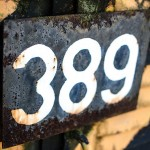 Blechschild mit aufgemalten Zahlen